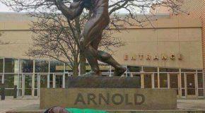Arnold Schwarzenegger e a estátua de bronze